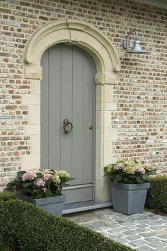 grijze voordeur met stenen rand en Duitse schmear bakstenen buitenkant #bakstenen #buitenkant #Duitse #en #grijze #met #Rand #schmear #stenen #voordeur