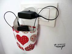 Soporte reciclado para el cargador del móvil ENTRETIENEtiempo
