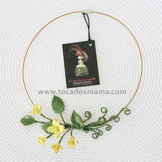 Cada pequeño pliegue en las flores es un trabajo minucioso en el que he desechado porcelana, dando vida con las herramientas de modelado. Seda y porcelana, flores realizadas y pintadas a mano.  Un trabajo artístico que se convierte en colgante, cinturón, hombrera, tocado...