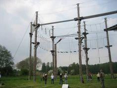 Direkt am Ortsrand von Isselburg erwartet Sie die neue Herausforderung. Der größte Hochseilgarten Nordrhein-Westfalen's. Auf 2 Ebenen,  über Seile gehen, Baumstämme balancierend überwinden oder an schaukelnden Baumstämmen klettern, klingt spannend und ist es auch. Insgesamt über 20 Elemente warten darauf bezwungen zu werden.