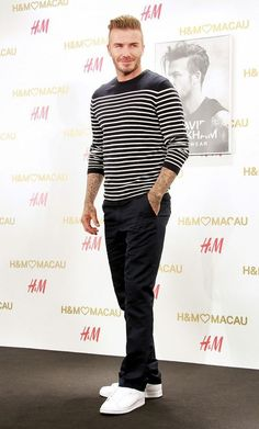 David Beckham wearing Black and White Horizontal Striped Crew-neck Sweater, Black Chinos, White Low Top Sneakers Mode David Beckham, David Beckham Style, David Beckham Shoes, David Beckham Fashion, Mens Wardrobe Essentials, Men's Wardrobe, Stylish Men, Men Casual, Casual Fall