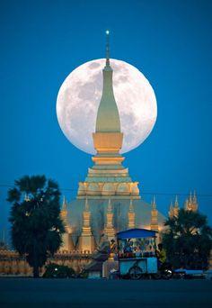 Laosz különleges épületei a szuperhold fényében