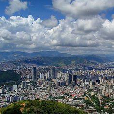 Excelente miércoles! Fotografía cortesía de @rraquelda  #LaCuadraU #GaleriaLCU #Caracas #ElAvila #Montaña #CaracasNatural #CaracasHermosa #ArquitecturaCaracas