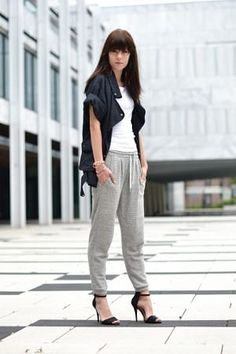 3色以内に抑えたコーデがポイント♡秋のレディース スウェット ファッション着こなしの参考一覧です♡