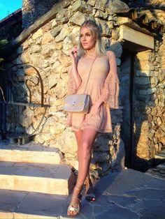 @bella_lovelyyy mit einem kompletten Outfit von Ital-Design, das aus einem Volantkleid mit Spitze in Beige, schicken beigen Sandaletten mit flachem Blockabsatz und einer eleganten Schultertasche in Gold besteht. Viel Spaß beim Nachshoppen!