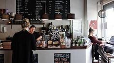 Gode bønner. Cortado Kaffebar serverer forbandet god kaffe. Og cafeen er så hyggelig, at man snildt kan blive hængende i timevis. - Foto: Peter Mydske