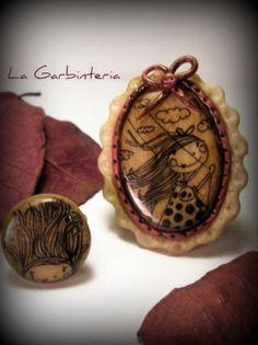 Conjunto de broche y anillo de fimo de 'La Garbintería'. 12€. Enlace directo a su tienda en Artesanum.