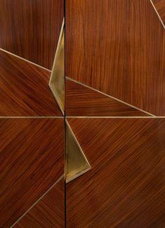 Мебельные ручки (85 фото): материалы изготовления, формы, способы креплений http://happymodern.ru/mebelnye-ruchki-85-foto-materialy-izgotovleniya-formy-sposoby-kreplenij/ Асимметрия форм и оригинальность используемых материалов, «отсылают» к эстетике строгого, лаконичного пространства, в котором практически нет лишних деталей