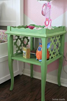 Cute for girls room - Diy Table Models 2019 Furniture Fix, Furniture Projects, Painting Furniture, Diy Projects, Green Painted Furniture, Colorful Furniture, Antibes Green, Side Table Makeover, Diy Table