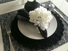 White Table Settings, Plate Mat, Black Table, Deco Table, Crochet Home, Tablescapes, Napkins, Plates, Make It Yourself