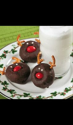These are adorable. Mini Donuts, Peanut M's and pretzel pieces. I love easy things. Christmas Reindeer Mini Donuts Posted on freefunChristmas. Christmas Snacks, Noel Christmas, Christmas Goodies, Holiday Treats, Christmas Baking, Holiday Recipes, Christmas Morning, Christmas Breakfast, Christmas Donuts