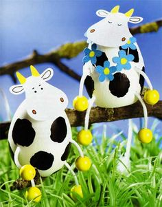 DIY crafts for Easter: these are Paper and Easter … – Miranda Mullins DIY crafts for Easter: these are Paper and Easter … DIY crafts for Easter: these are Paper and Easter cows — love these so chick-a-filet 🙂 Plastic Easter Eggs, Easter Egg Crafts, Cow Craft, Easter Egg Designs, Easter Ideas, Easter Tree, Diy Ostern, Egg Art, Egg Decorating
