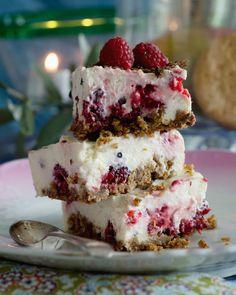Ostekake med bringebær og sjokolade. Danish Dessert, Danish Food, Diy Dessert, Dessert Bars, Sweet Recipes, Cake Recipes, Dessert Recipes, New Year's Desserts, Delicious Desserts
