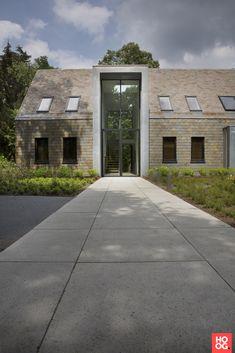 Farmhouse Architecture, Residential Architecture, Architecture Details, Modern Architecture, Hut House, Casa Patio, Unusual Homes, Exterior Remodel, Facade House