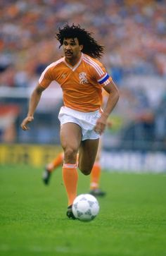 Ruud Gullit in action for Holland in the 1988 European championships, Holland went on to win the trophy and Ruud . Fifa Football, Football Icon, Best Football Players, World Football, Soccer Players, Uefa European Championship, European Championships, Kids Soccer, Soccer Stars