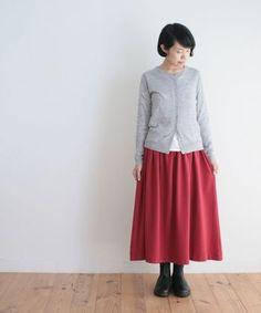 落ち着いたグレーのトップスと、黒い革靴と合わせれば、一見派手そうな赤いスカートもシックにまとまります。