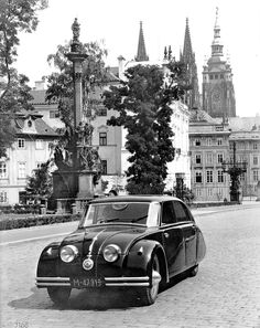 On March 1934 the Tatra 77 was introduced to the press at the Prague Auto Salon. The Tatra 77 was a sensation as it was the worlds first serially produced aerodynamic car with a rear-engined air-cooled layout Diesel Punk, Rolls Royce Cars, Best Muscle Cars, Best Classic Cars, Car Show, Old Pictures, Jaguar, Techno, Vintage Cars