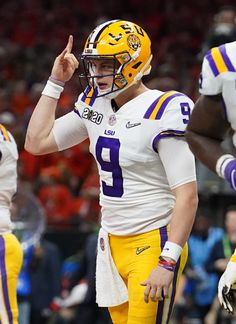 LSU QB Joe Burrow sets FBS single-season record for touchdown passes Lsu Tigers Football, College Football Playoff, National Football League, Football Fans, Football Helmets, Alabama Football, American Football, Football Players