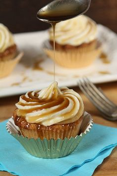 Jack Daniels Honey Whiskey Cupcakes with a Bourbon Drizzle #booze #cupcakes #treatyoself