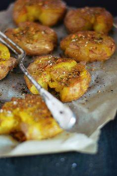 pommes de terre tapées {ail, piment & huile d'olive} http://www.la-gourmandise-selon-angie.com/archives/2014/09/29/30593108.html