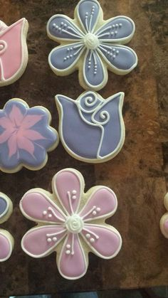 I have those cookie cutters. The white detail are something we could do Fancy Sugar Cookies, Flower Sugar Cookies, Sugar Cookie Royal Icing, Mother's Day Cookies, Summer Cookies, Cookie Icing, Iced Cookies, Cupcake Cookies, Cookie Favors
