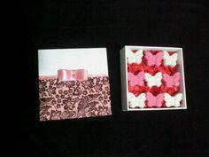 Caixa decorada em MDF, com 9 sabonetes.