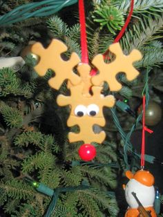 The Best DIY and Decor: Adorable DIY reindeer ornaments using puzzle pieces!