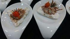 Tapioca de quinoa com creme de carne seca e pimenta de biquinho