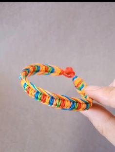 Diy Bracelets Video, Diy Jewelry Videos, Bracelet Crafts, Macrame Bracelet Patterns, Diy Bracelets Patterns, Diy Friendship Bracelets Patterns, Diy Leather Bracelet, Diy Braids, Rope Crafts