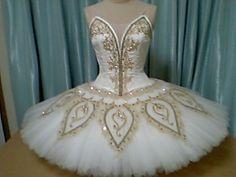 Bianco y oro. Tutu Ballet, Ballet Dance, Ballerina Costume, Dance Recital Costumes, Tutu Costumes, Royal Ballet, Boris Vallejo, Tutu Decorations, Ballet Russe