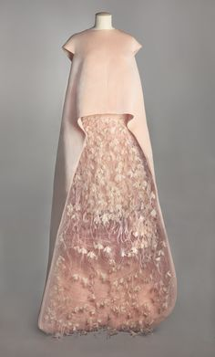 Balenciaga evening ensemble consisting of a tunic and a skirt, August 1967. pale pink tulle polyamide applications flower embossed taffeta silk and ostrich feathers pale pink taffeta lining and silk chiffon. Collection Musée Galliera Gazar Abraham
