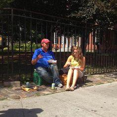 atos-bondade. Essa mulher comprou duas refeições para compartilhar um momento com um morador de rua