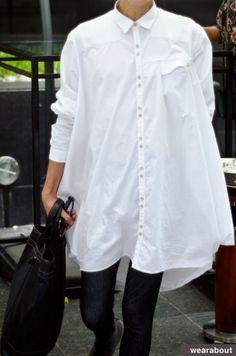 White shirt street style looks. Long White Shirt, Classic White Shirt, Crisp White Shirt, St Style, Mode Style, Style Outfits, Fashion Outfits, Outfits Con Camisa, Oversized Shirt Dress