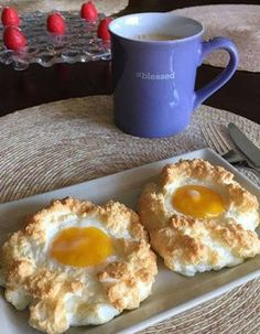If you are a fan of eggs, the cloud eggs will delight you. Copy the recipe for the next brunch. Egg Recipes, Paleo Recipes, Cooking Recipes, Tapas, Breakfast Recipes, Food And Drink, Snacks, Baking, Miley Cyrus