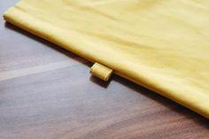 Manche Taschen sind Liebe auf den ersten Blick. Ein mal gesehen und nie wieder aus dem Kopf bekommen. Leider sagt der Kontostand wie immer strickt 'Nein' und der Lottogewinn winkt nicht gerade am Horizont … So blieb wie so oft nichts anderes übrig als mich an die Nähmaschine zu setzen und meine DIY Handtasche inspiriert von der Fringe Pouch von Bottega Veneta selbst zu nähen. Ich hoffe das Ergebnis gefällt euch genau so gut wie mir! Pouch, Bottega Veneta, Leather, Diy Handbag, Long Fringes, Love At First Sight, Handbags, Sachets, Porch