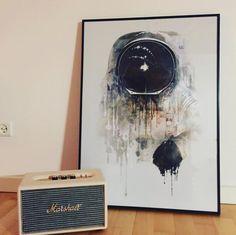 The Astronaut sammen med en lækker retro radio fra Marshall | https://www.wallster.dk/the-astronaut/