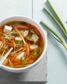 De bouillon voor deze soep wordt op smaak gebracht door de blokjes gepocheerde kip, citroen, wortel en knolselder. Verrassend licht en fris!