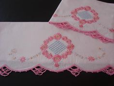 PR VINTAGE PILLOWCASES HAND EMBROIDERED PINK FLORAL WREATH CROCHETED TRIM