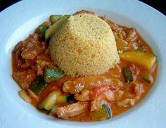 veganer afrikanischer Erdnusseintopf mit Sojafleisch und Couscous