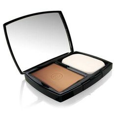 This powdery compact gives a velvety skin tone Mattes out shiny areas