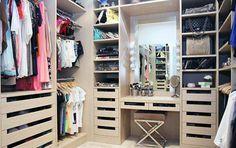 Walk-in-closet met ingebouwde of aangrenzende kap/make-up tafel.