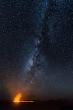 La Vía Láctea sobre el volcán Kilauea en Hawái.-