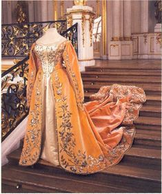 Russian Court Dress, but I would like to see it in Blue, or Turquoise or Purple: Vintage Outfits, Vintage Gowns, Vintage Mode, Vintage Fashion, Historical Costume, Historical Clothing, Costume Russe, Imperial Fashion, Vintage Clothing