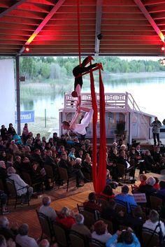 Nicht nur auf der Bühne wird dem Zuschauer Programm geboten. Der gesamte überdachte Bereich bietet die Kulisse für Tanz, Musik, Theater oder wie hier Akrobatik am Tuch.