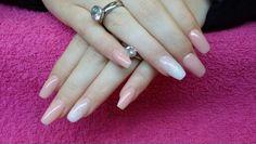 Glitter en nude acrylic nails