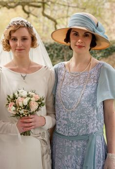 Laura Carmichael (Edith) and Michelle Dockery (Mary) - Downton Abbey Downton Abbey Costumes, Downton Abbey Series, Downton Abbey Fashion, Lady Mary Crawley, Lady Sybil, Matthew Crawley, Mode Vintage, Selfie, Retro