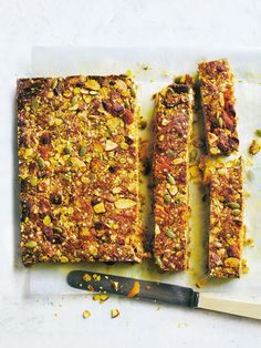 These apricot, quinoa and turmeric muesli bars are a great snack or even as breakfast on the go! Savory Snacks, Vegan Snacks, Healthy Snacks, Healthy Kids, Healthy Recipes, Quinoa Granola Bars, Muesli Bars, Small Food Processor, Food Processor Recipes