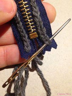 attaching zipper to crochet item - great idea! Tutorial for Crochet, Knitting. Crochet Diy, Crochet Crafts, Ravelry Crochet, Diy Crafts, Crochet Hooks, Loom Knitting, Knitting Stitches, Knitting Patterns, Crochet Patterns