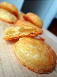 The Cooking Actress: Homemade Cheddar Cheese Crackers (Cheez-Its) Savory Snacks, Yummy Snacks, Snack Recipes, Cooking Recipes, Yummy Food, Unleavened Bread Recipe, Homemade Crackers, Mets, Velvet Cupcakes