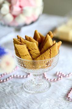 Yksi parhaista - Wilhelmiina-keksit munattomina - Suklaapossu Easy Baking Recipes, Snack Recipes, Dessert Recipes, Snacks, Let Them Eat Cake, Food Inspiration, Sweet Recipes, Delicious Desserts, Sweet Treats